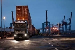Volvo FH16, оснащенный новой трансмиссией I-Shift с понижающими передачами, буксирует груз весом 750 тонн